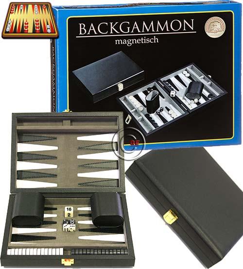 Backgammon Samos magnetico, da viaggio, a cassetta in cuoio nero. Dimensioni cassetta, chiusa mm. 230 x 175 x 50, aperta mm. 230 x 250 x 25. Campo da gioco realizzato in alcantara. Completo di accessori.