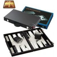 Backgammon a cassetta in similpelle grigia. Dimensioni cassetta, chiusa mm.380x240x50, aperta mm.380x480x25. Campo da gioco impiallacciato e intarsi. Completo di accessori.