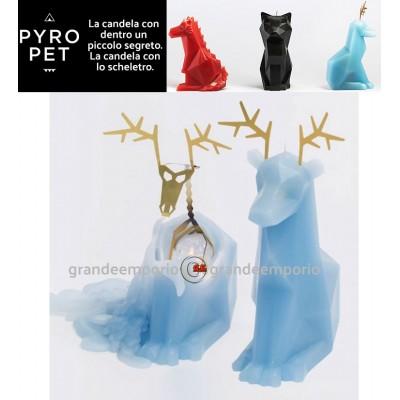 Pyro Pet Dyri-la renna candela in cera scolpita con le forme di una augurale renna blu, con incorporato lo scheletro, artigianale metallico, dalle simpatiche forme di una renna.
