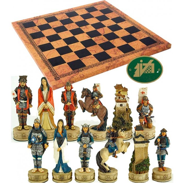 Completo scacchi tematici figure di Samurai, mitici guerrieri Giapponesi e scacchiera Italfama similcuoio, antica carta geografica, cm. 40x40, campo da gioco cm. 36x36, casa mm.45x45.