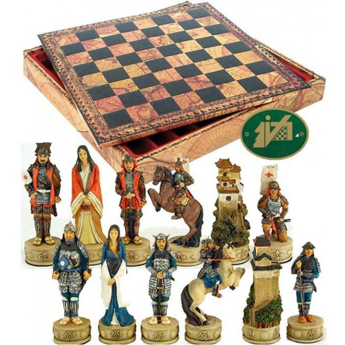 Completo scacchi tematici figure di Samurai, mitici guerrieri Giapponesi. Re h cm.8, con Scacchiera e Backgammon contenitore scacchi Italafama in simil cuoio colorato antica carta geografica, dimensioni cm.35x35x4 con casa mm.35.