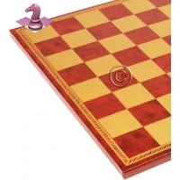 Scacchiera Italfama in similcuoio rosso, con raffinata bordura, produzione italiana. Dimensioni cm.40x40 spessore cm. 1,5, casella cm. 4,5x4,5. Campo gioco cm. 36x36.