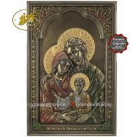 Icona in resina bronzata raffigurante la Sacra Famiglia. Icona interamente rifinita a mano in ogni dettaglio, altezza cm.23. Elegante idea regalo della Italfama di Firenze-Italia. SR76565.