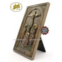 Icona in resina bronzata raffigurante la crocefissione di Gesù. Icona interamente rifinita a mano in ogni dettaglio, altezza cm,24. Elegante idea regalo della Italfama di Firenze-Italia. SR76555.