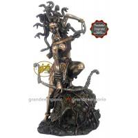 Statua in resina bronzata raffigurante la Medusa con i capelli di serpente. Statua  interamente rifinita a mano in ogni dettaglio e bronzata, altezza cm. Ht. 27cm. Elegante idea regalo della Italfama di Firenze-Italia. SR72333.
