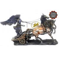 Statua in resina bronzata raffigurante Nike dea della vittoria sulla biga. Statua  interamente rifinita a mano in ogni dettaglio e bronzata, altezza cm. 26x17. Elegante idea regalo della Italfama di Firenze-Italia. SR72736.